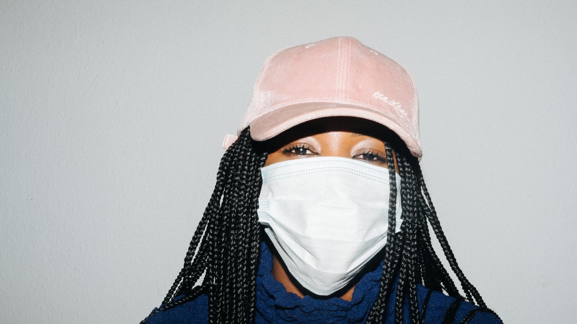 Maskne, Maske, Frau mit Maske