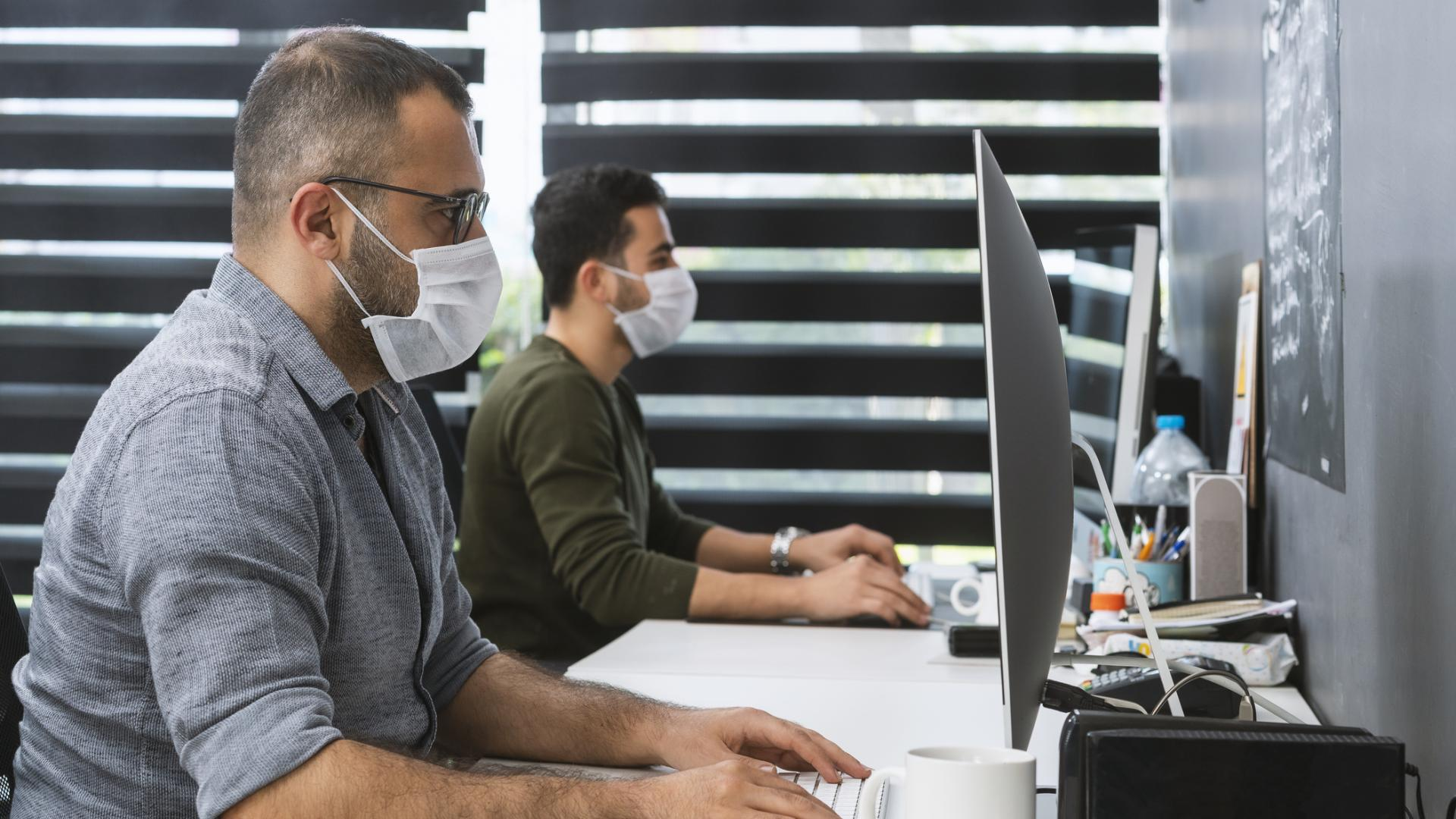 Büro arbeit männer computer masken tragen