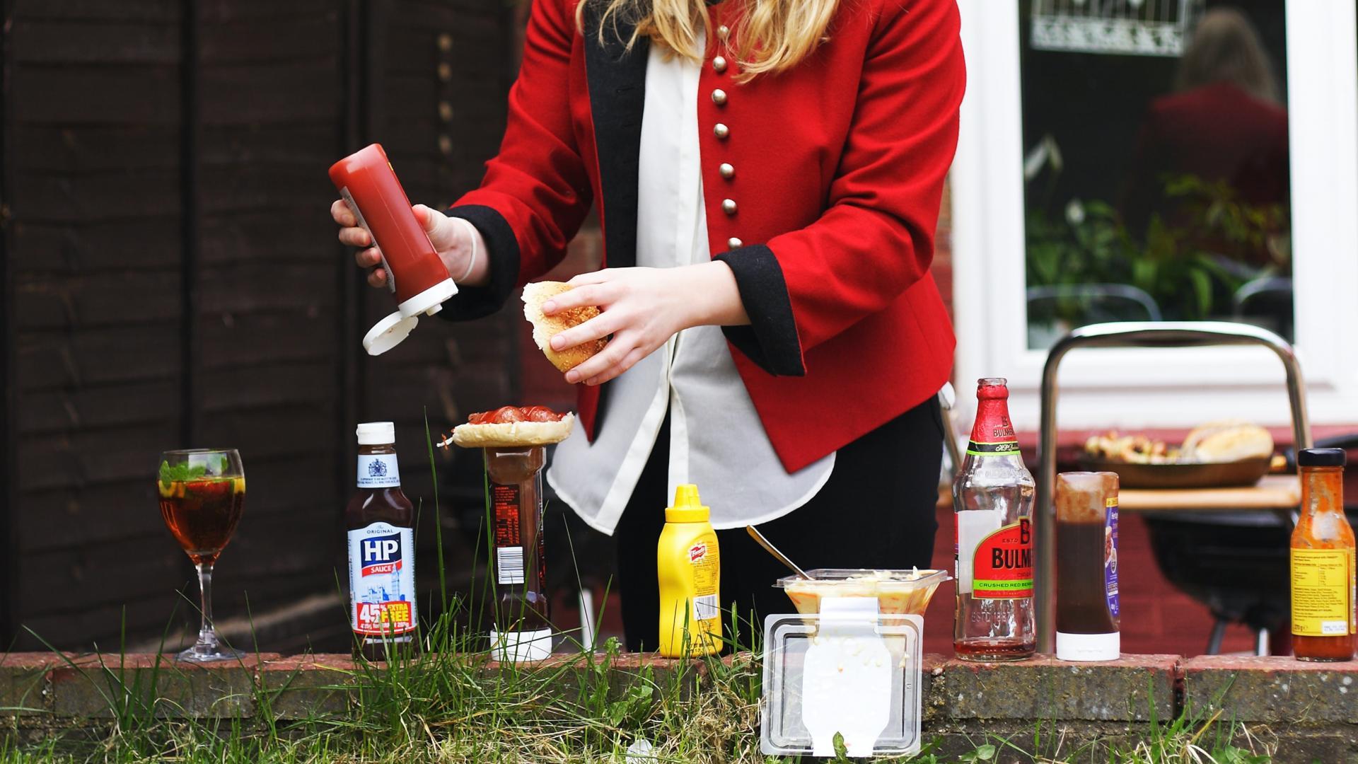 frau grillen lecker ketchup essen