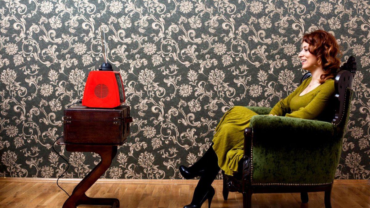 70s Frau zuhause Fernsehen