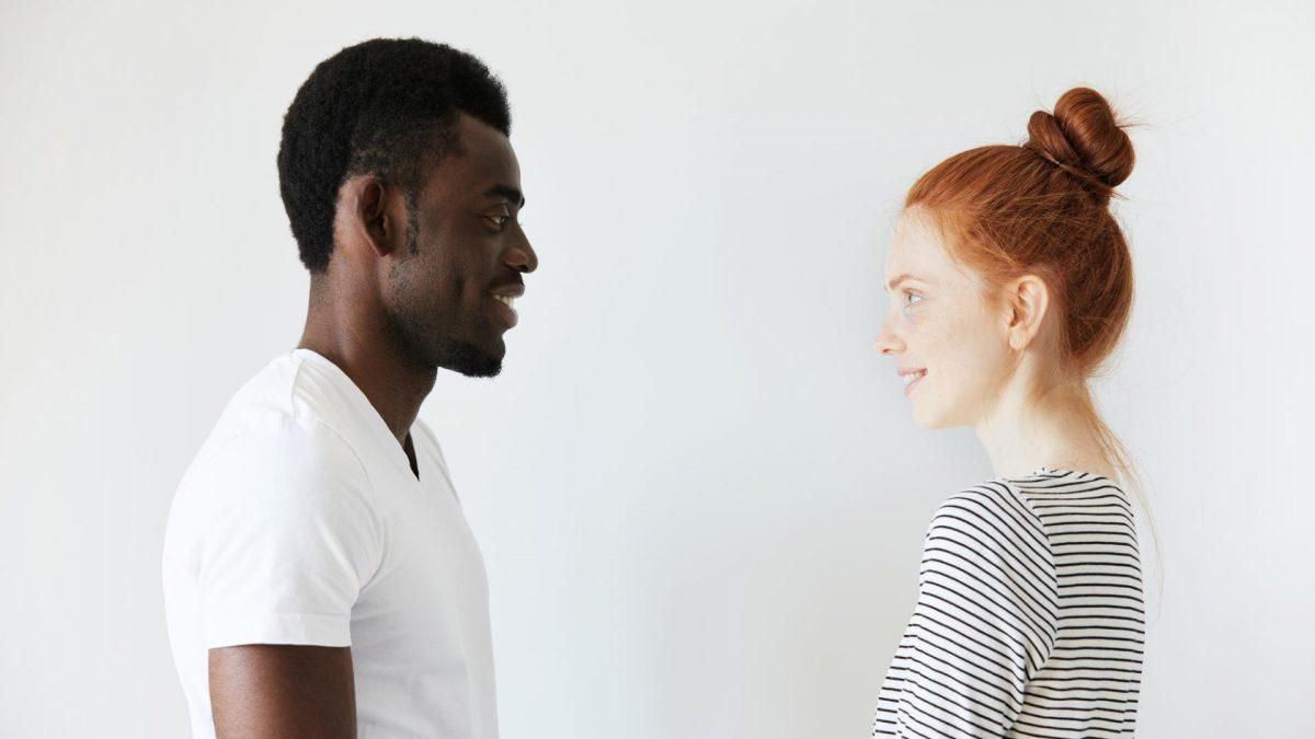 Aktives Zuhören frau mann schwarz weiß gespräch reden erzählen rothaarig