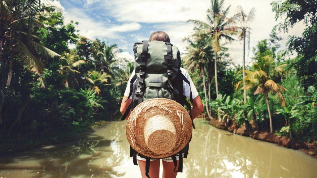 Backpacker läuft durch See