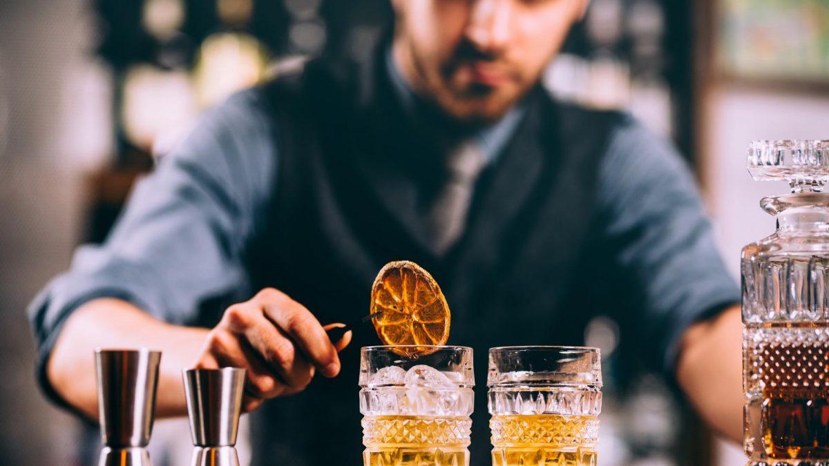 Bar Keeper macht Drinks