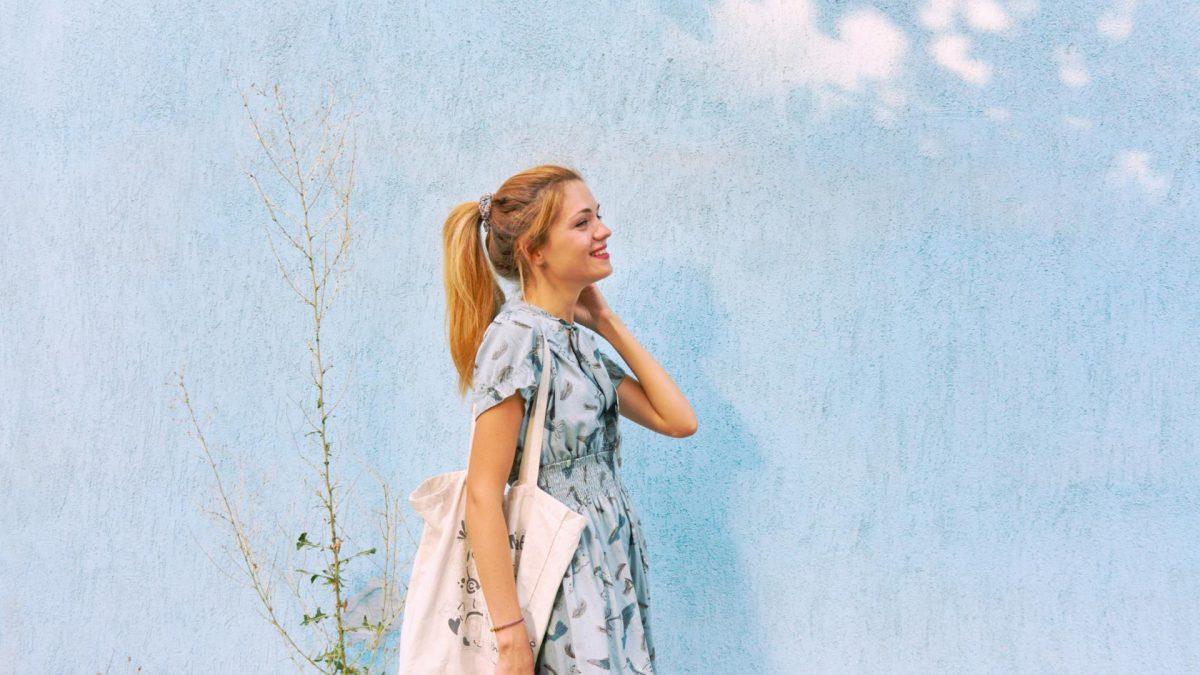 Baumwolle Frau vor Stoffhintergrund Nachhaltigkeit