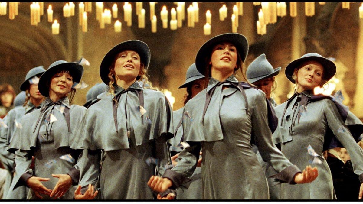 Beauxbatons-Schülerinnen in ihrer Harry Potter Kleidung