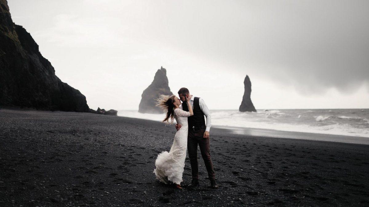 Brautpaar an felsigen Klippen, ein verrückter Ort zum Heiraten im Ausland