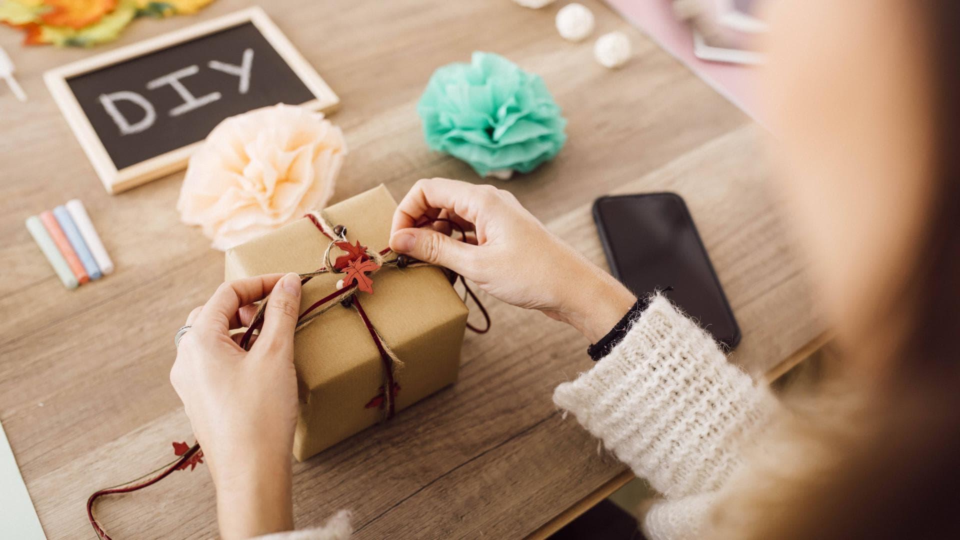 DIY Bloggerin verpackt ein Geschenk