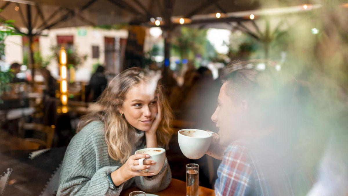 Date Café pärchen mann und frau