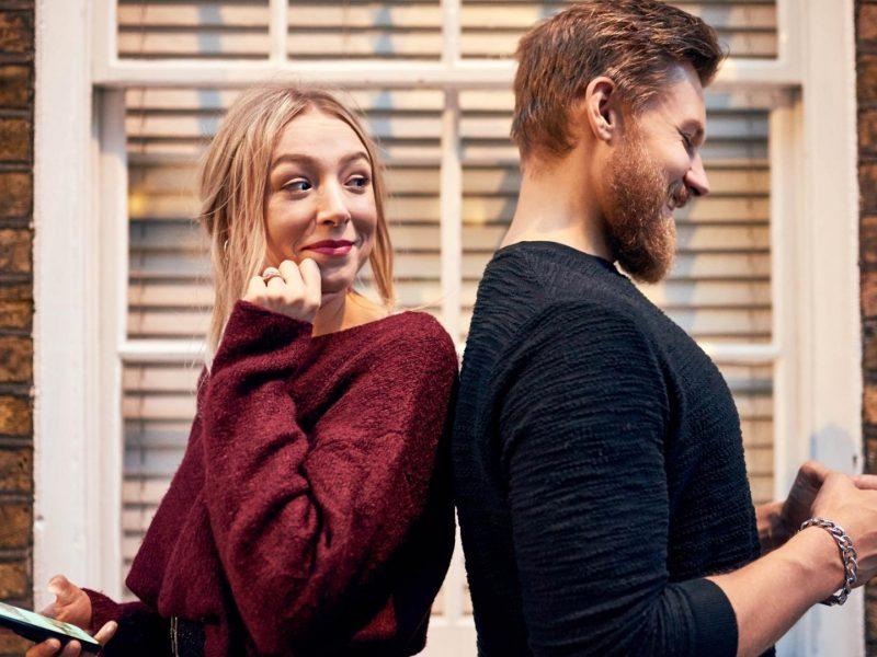 Dating Apps Vergleich Frau und Mann am handy