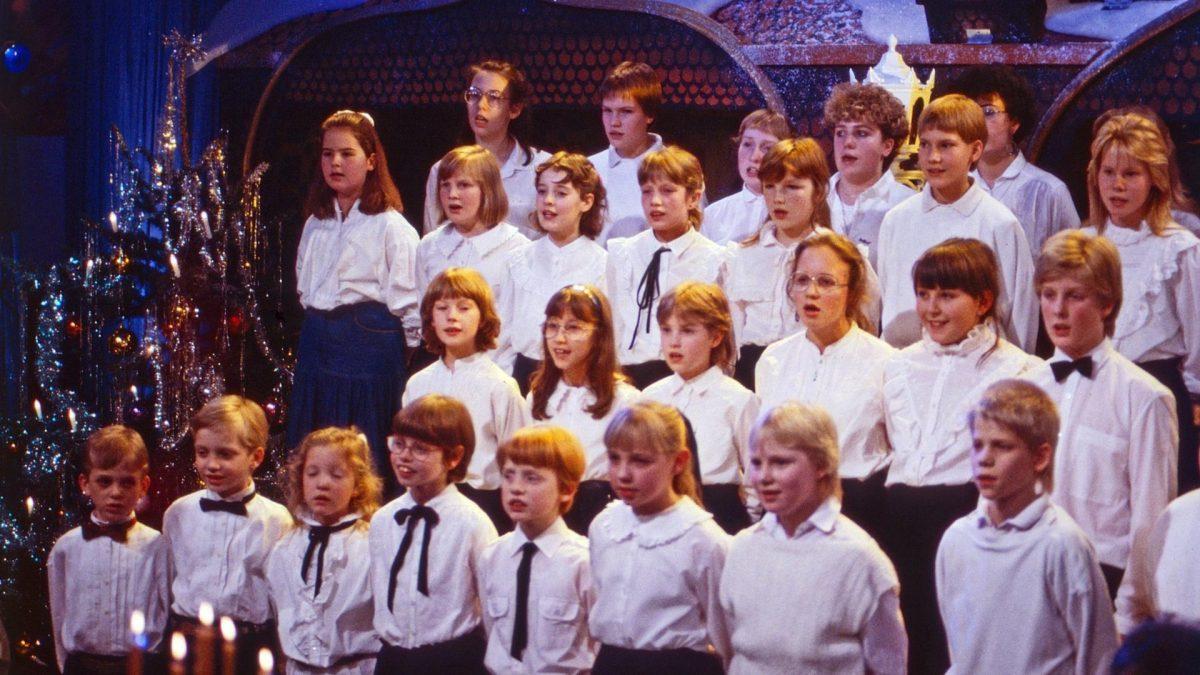 Der Bielefelder Kinderchor singt Weihnachtslieder, Deutschland ca. 1987. Bielefelder Kinderchor choir singing christmas