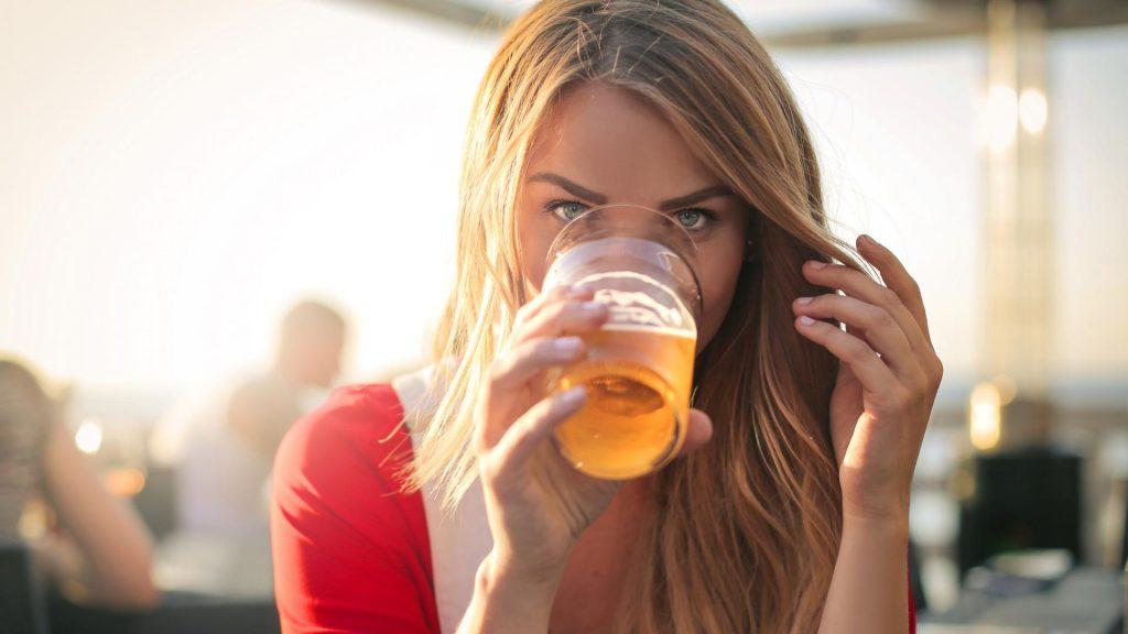 frau bier trinken sommer alkohol