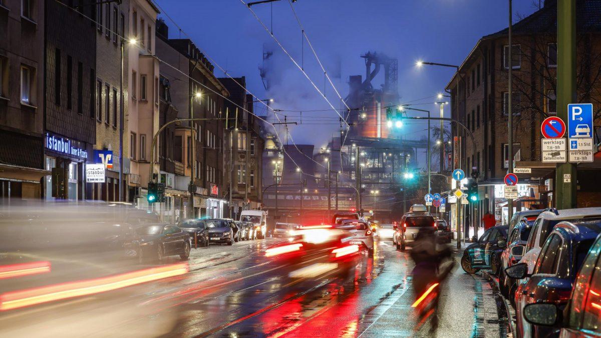Duisburg, Ruhrgebiet,  stadt abend autos