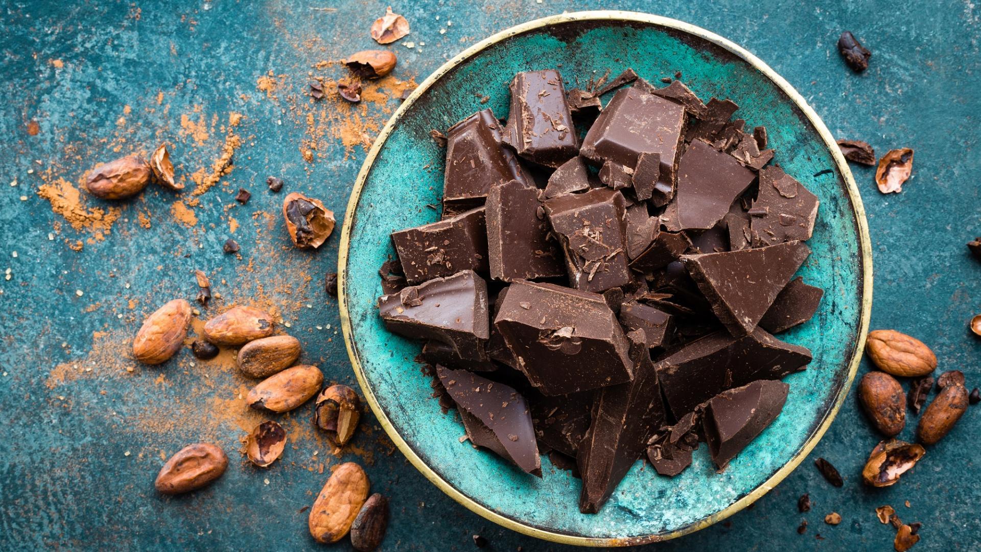 Dunkle Schokolade Stückchen Teller