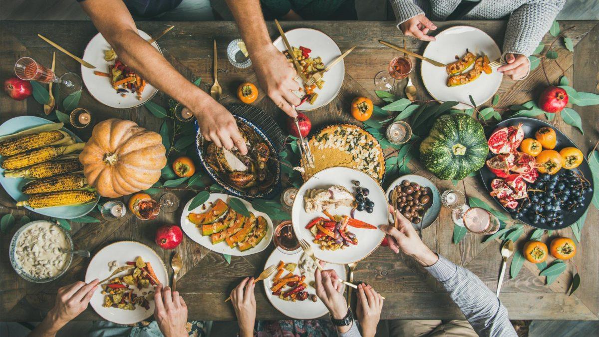 Essen, Dinner mit Freunden, gedeckter Tisch