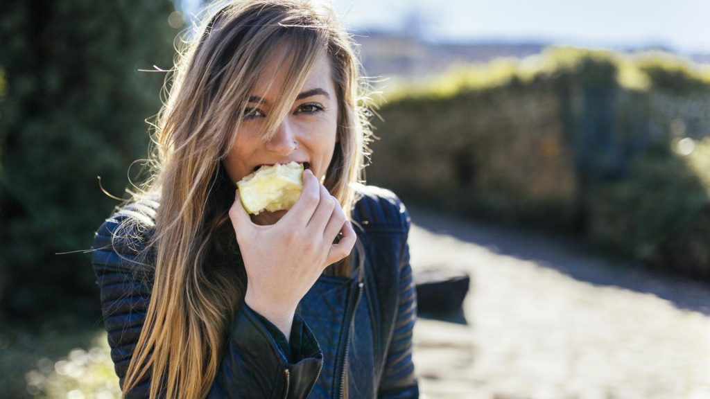 Frau, Essen, Apfel symptome von vitaminmangel