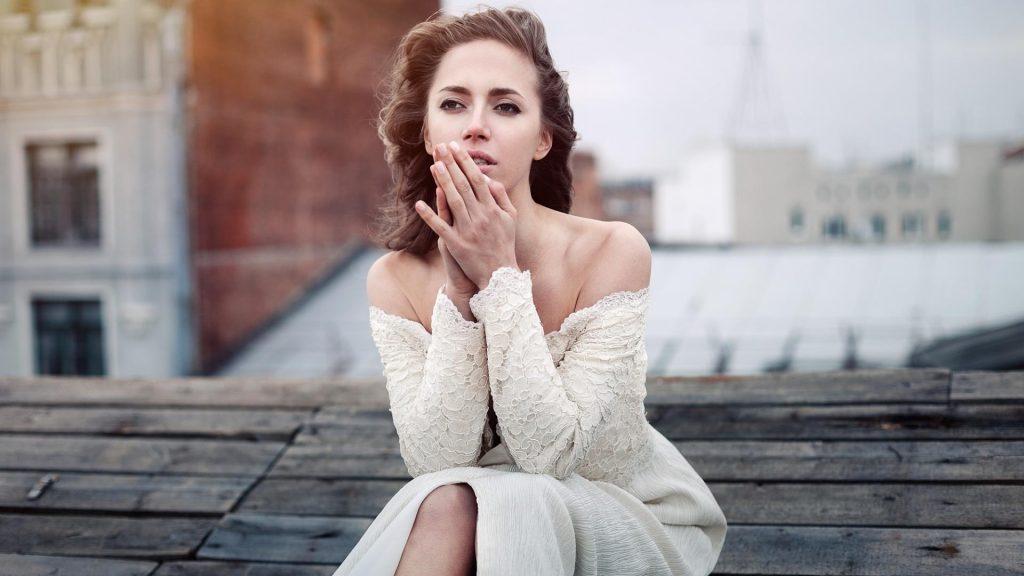Frau Dach Sitzen Kleid Traurig