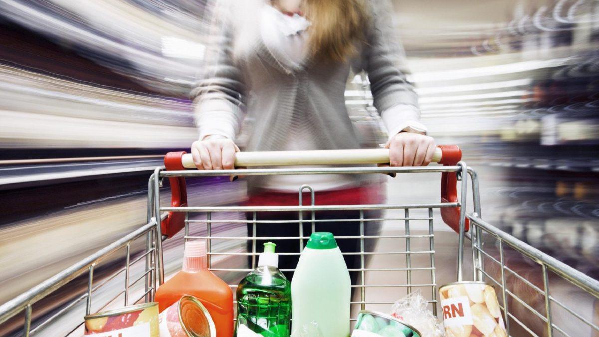 Frau Einkaufswagen im Supermarkt