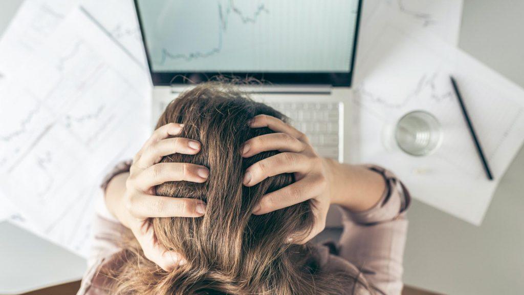 Frau Kopfschmerzen Laptop Arbeit