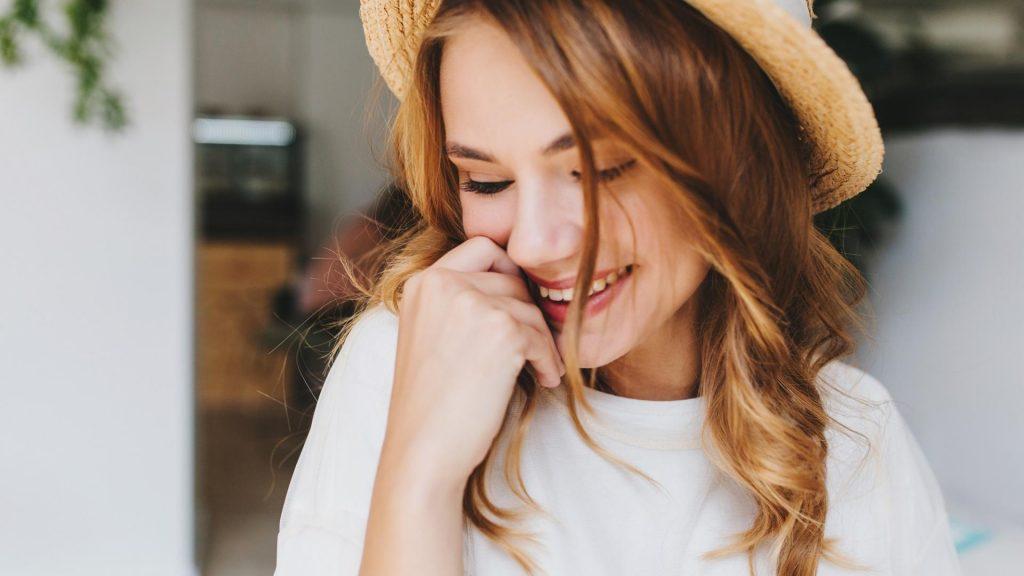 Frau, Lachen, Lächeln, Hut