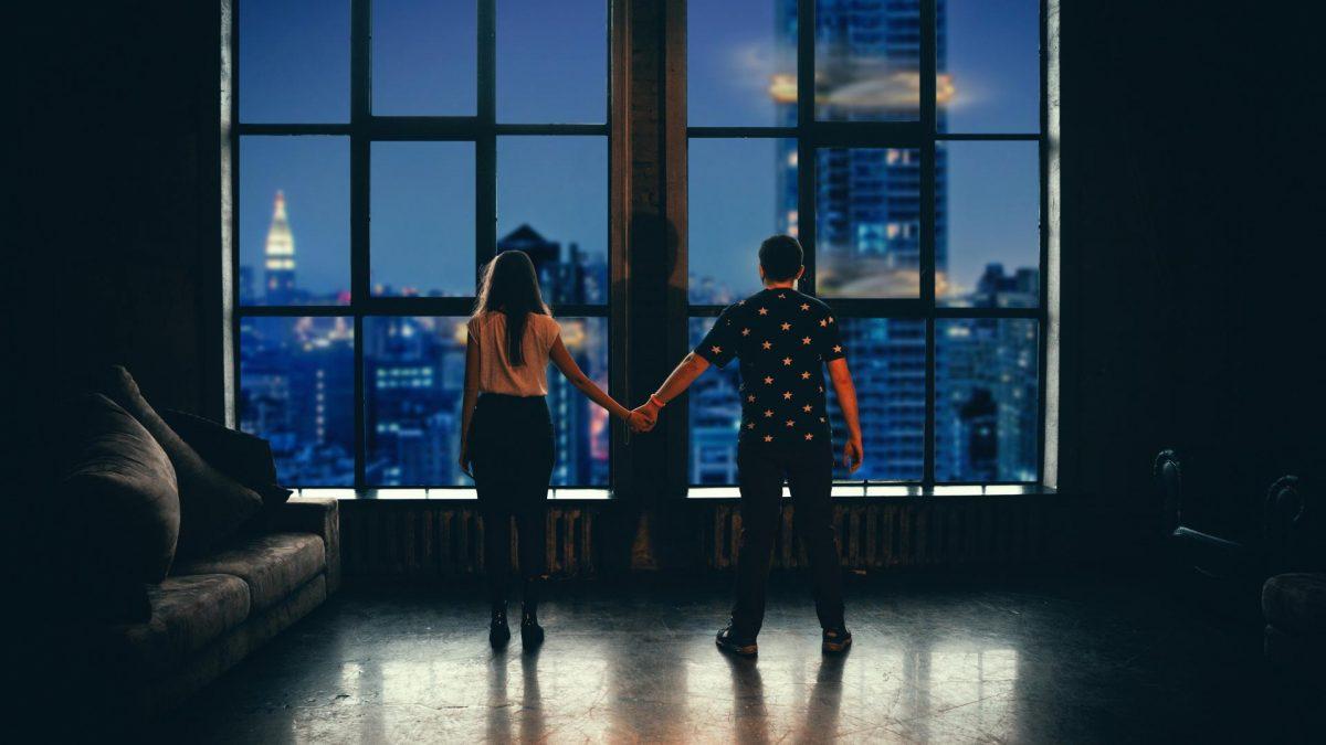 Frau & Mann vor Fenster