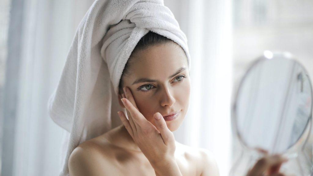 Frau Spiegel Creme Hautpflege