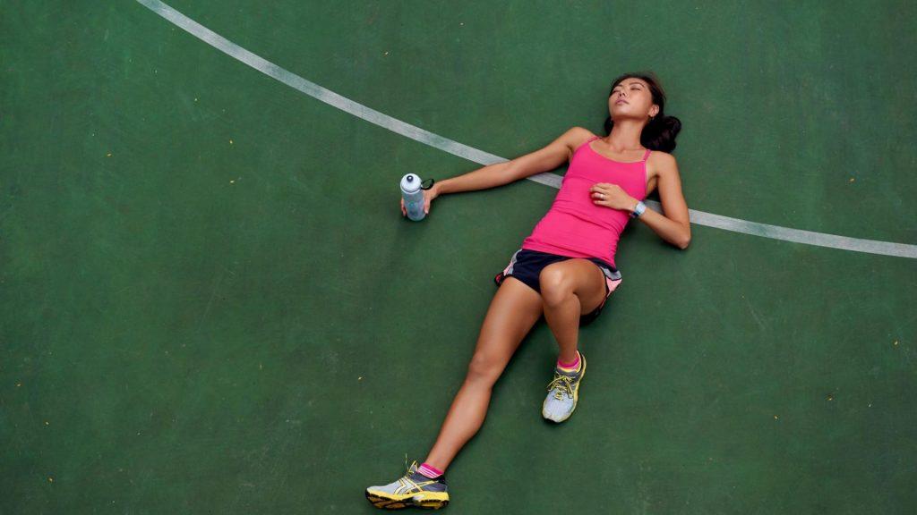 Frau Sport Pause erschöpft