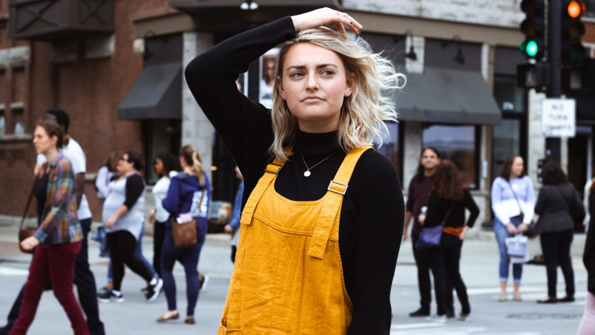 Frau auf der Straße, unglücklich