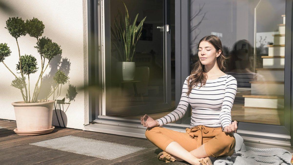 Frau, die meditiert