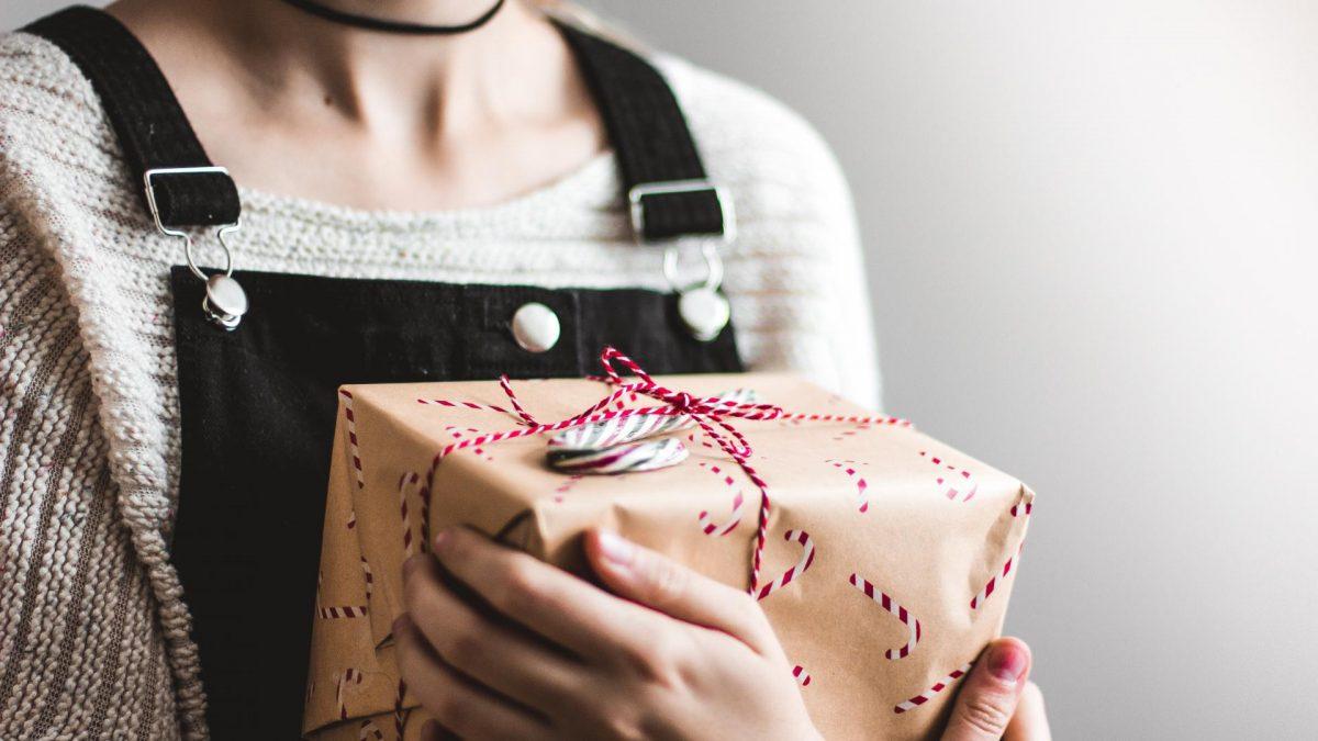 Frau hält nachhaltiges Weihnachtsgeschenk