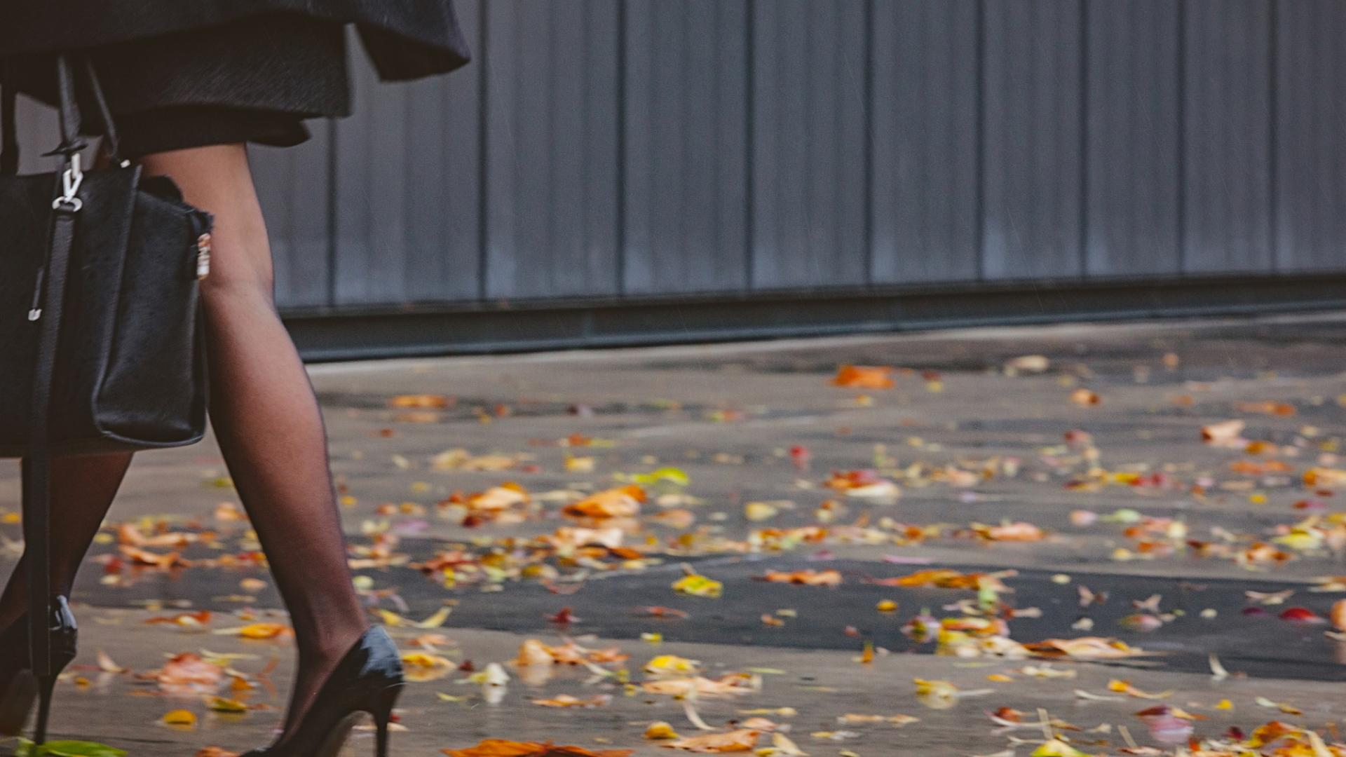 Frau, hohe Schuhe, Blätter, Herbst
