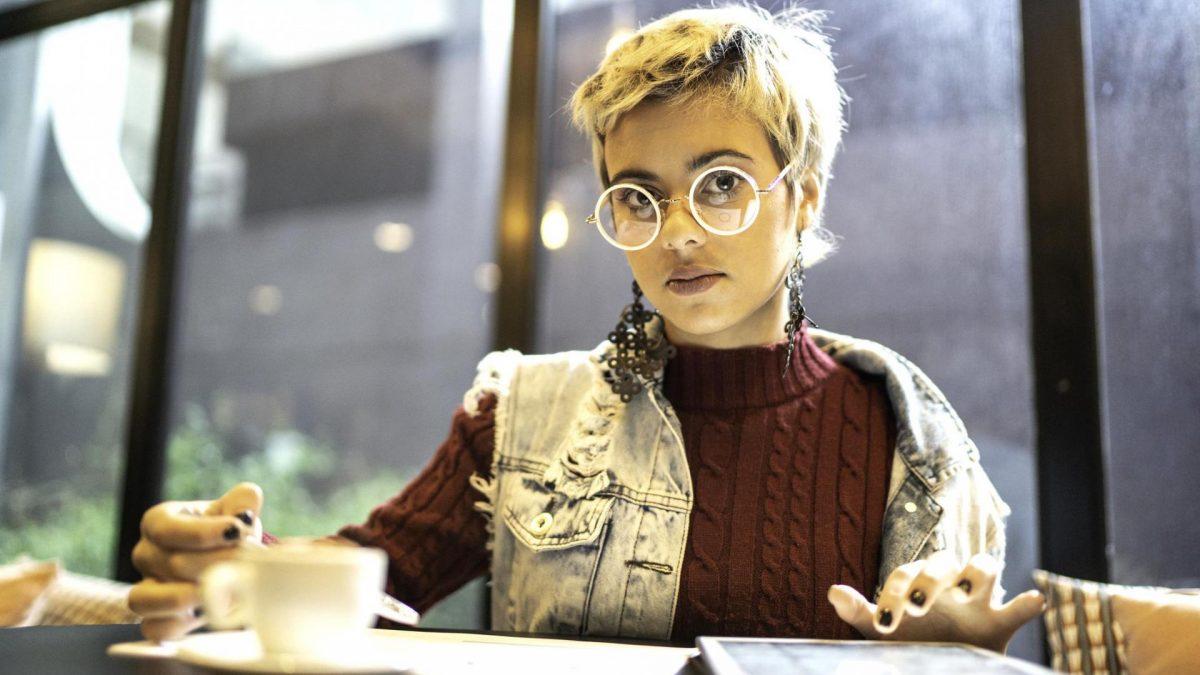 Frau im Café arbeiten Kaffee Tablet