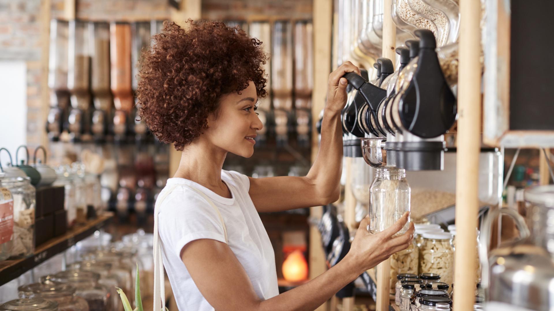 Frau im Unverpackt-Laden, einkaufen