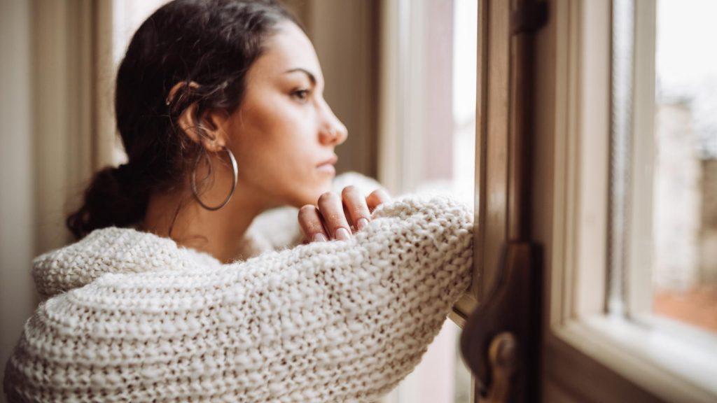 Frau melancholisch am Fenster