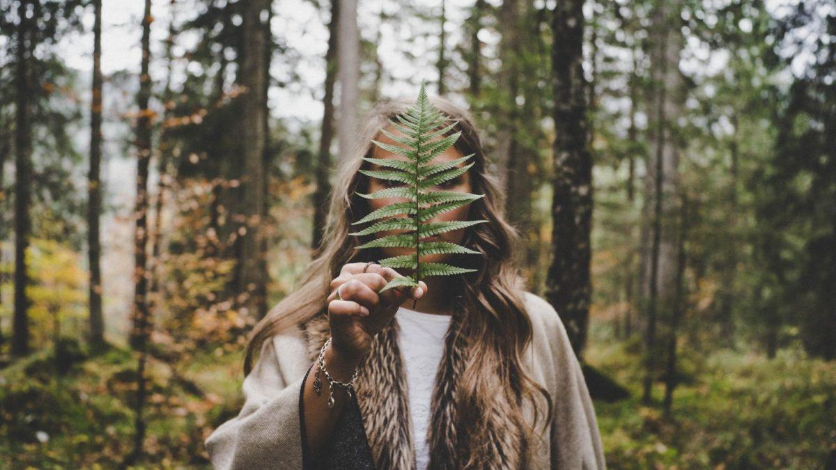 Frau mit Blatt im Wald natur