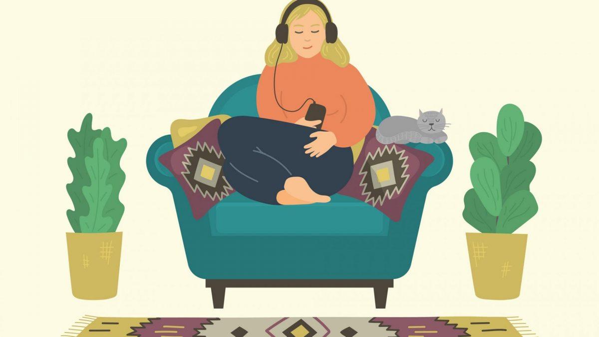 Frau sitzt entspannt auf der Couch und hört mit Kopfhörern Podcasts