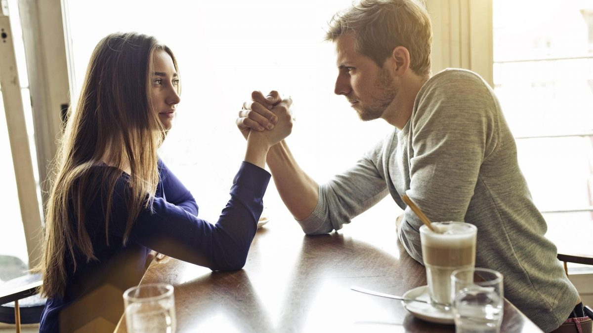 Frau und Mann beim Armdrücken