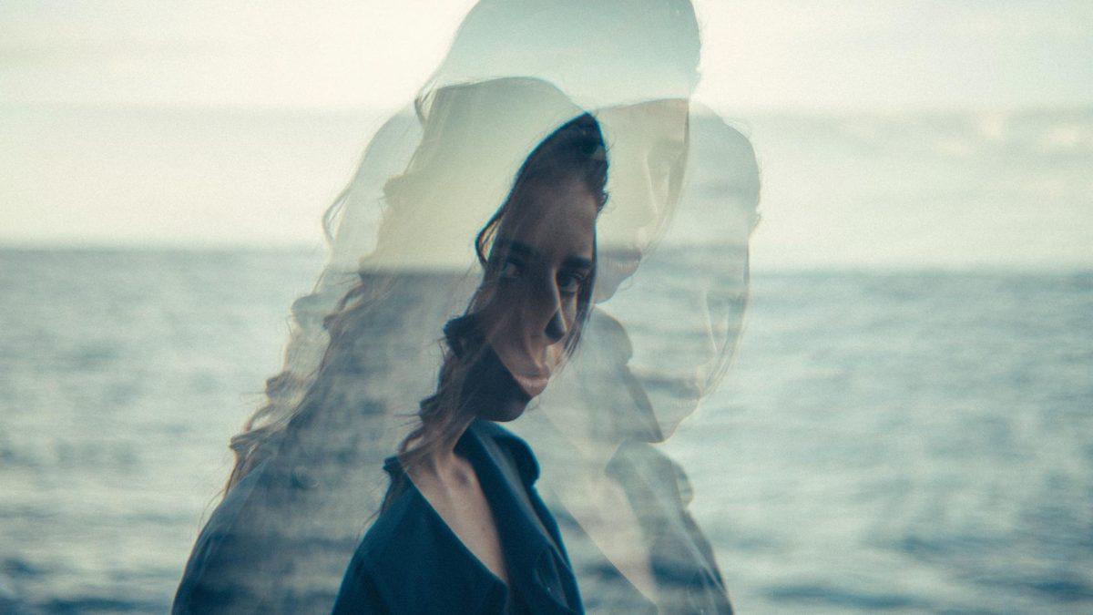 Frau vor Meer