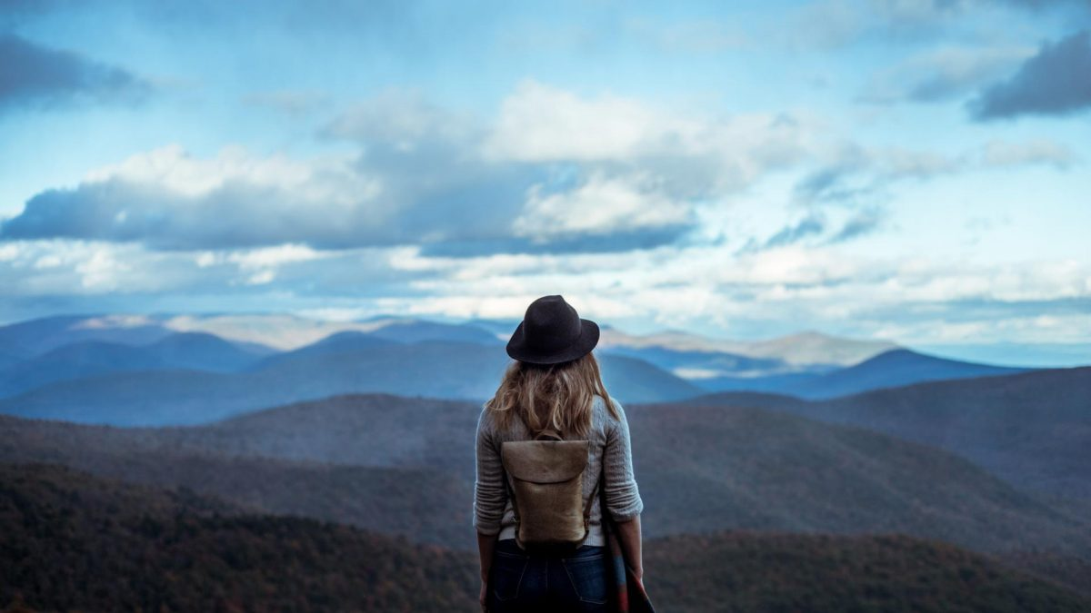 Frau wandert in den Bergen