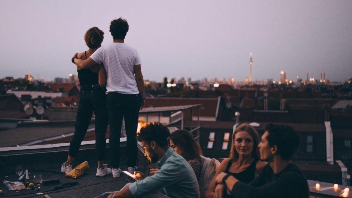Freunde bei einer Party auf dem Dach