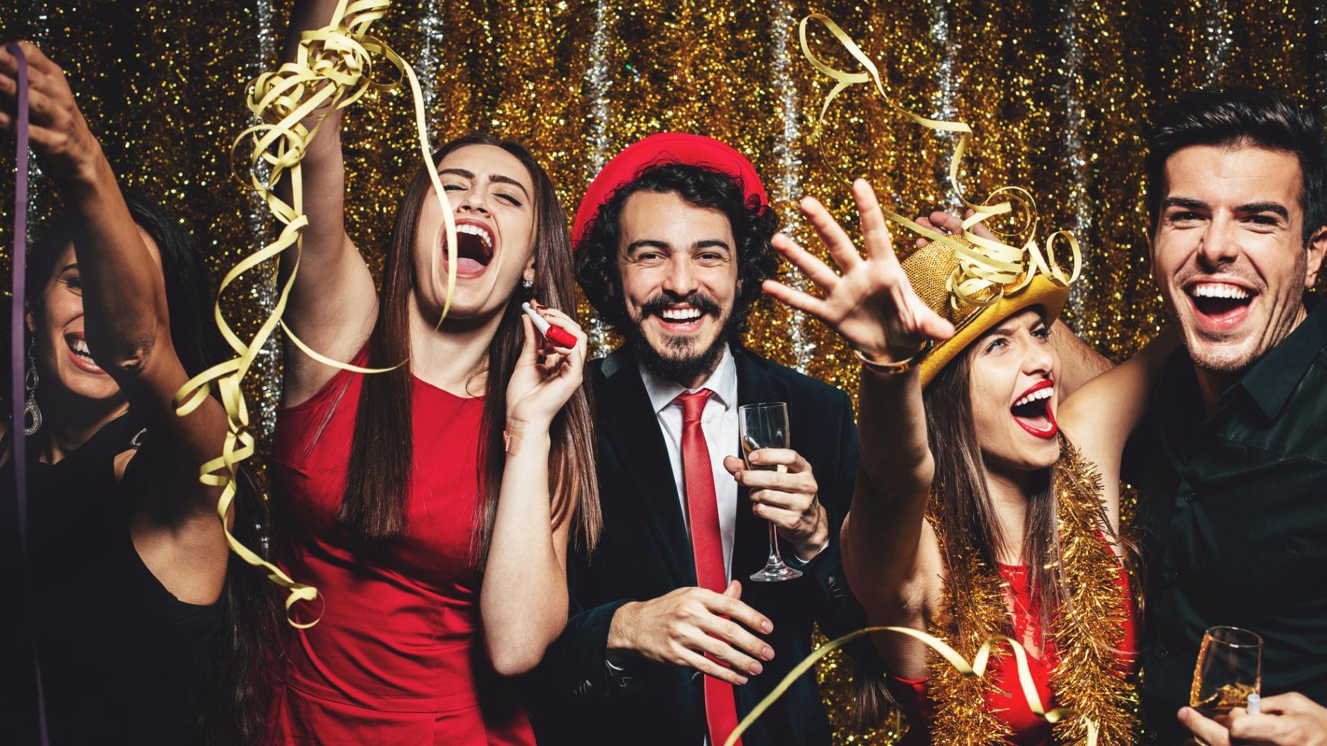 Freunde feiern Silvester zusammen mit Spielen