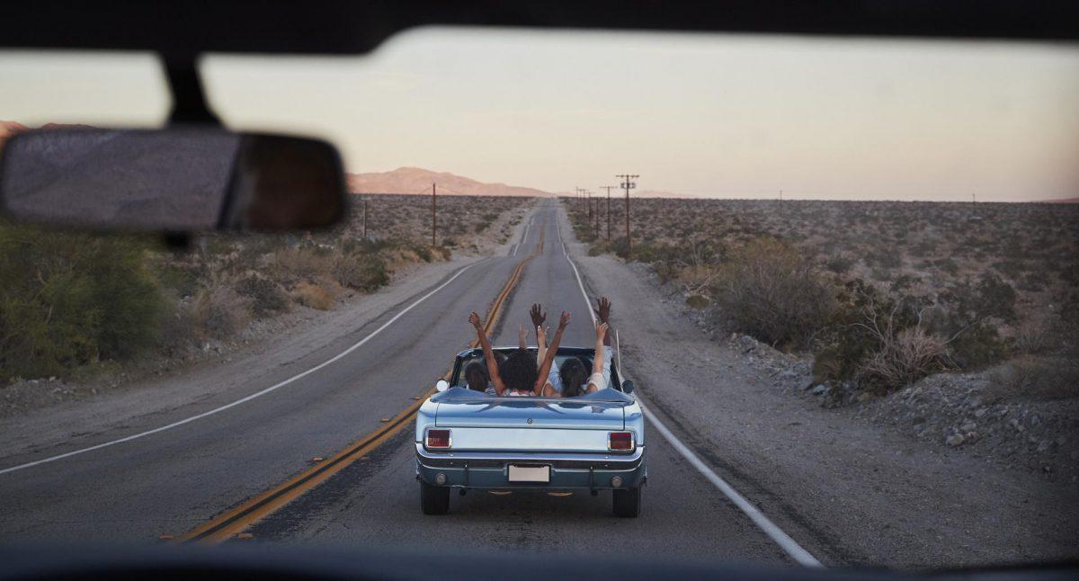 Gruppe von Freunden auf einem Roadtrip im Auto