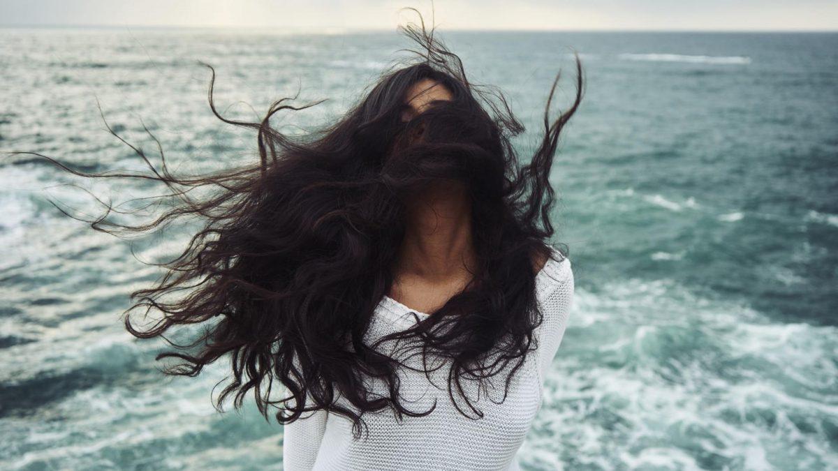 Haarige Frau am Meer