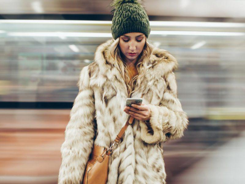 Handy App Frau Ubahn bahnfahren