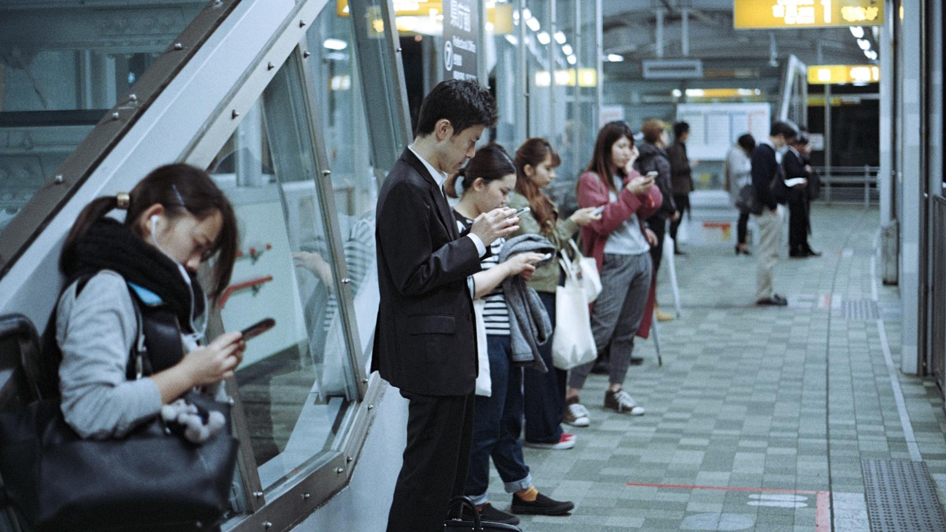 Paare streiten übers Smartphone