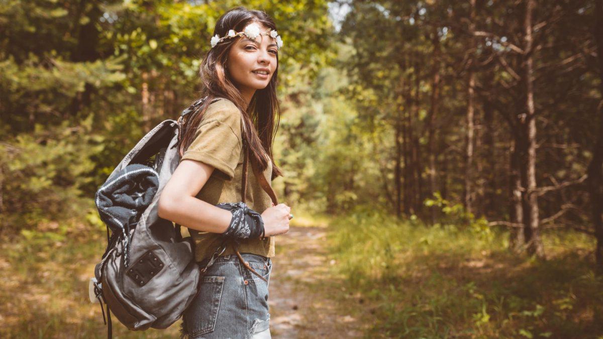 Junge Frau wandert durch den Wald