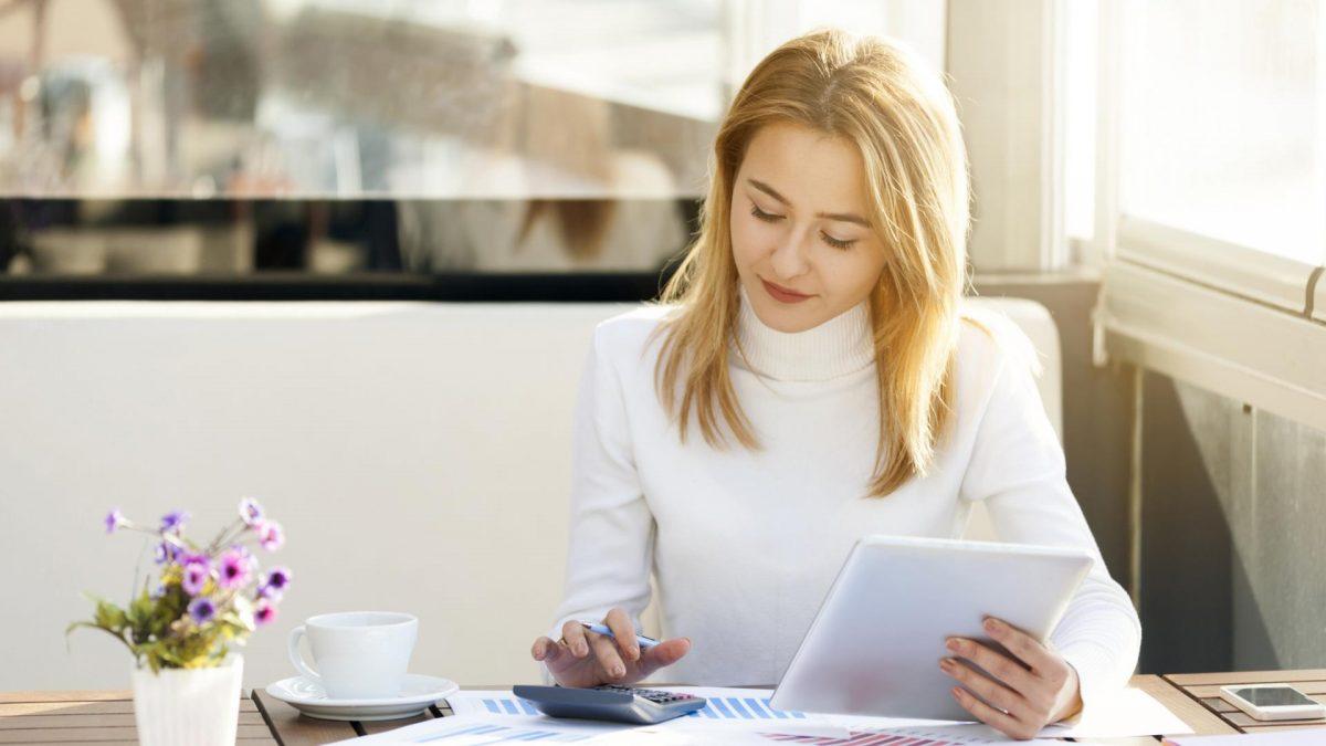 Junge Studentin bei der Steuererklärung