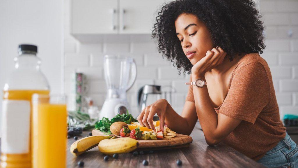 Kein Frühstück, poc frau, obst, saft, uhr, bananen, erdbeeren, kiwi, symptome von vitaminmangel