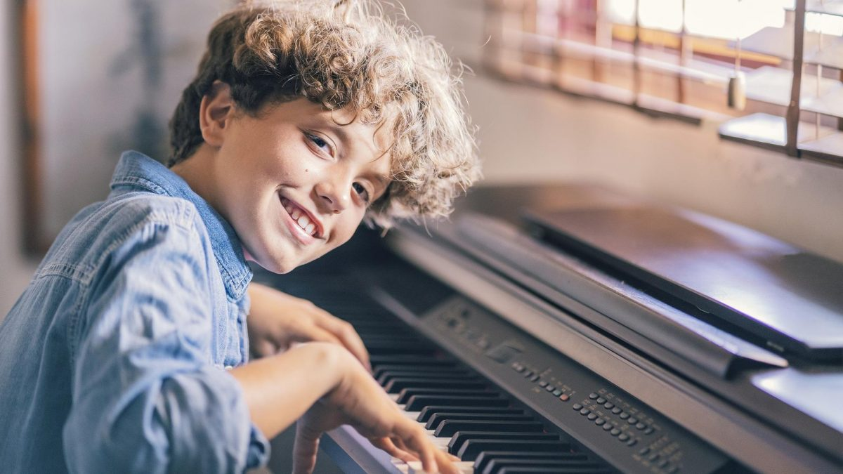 Kind lernt Musikinstrument: Klavier