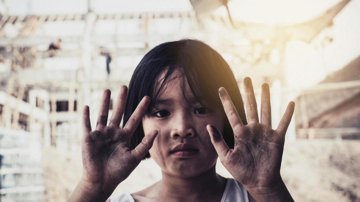 Kinderarbeit junges Mädchen dreckige Hände