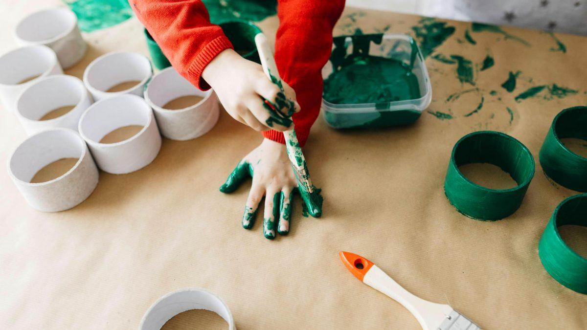 Kinderhand bastelt und malt